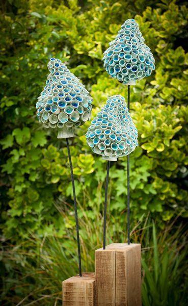 Blue Bells  geworfenes und modelliertes Steinzeug aus Metall und Holz  sculpture in naturestele column bar