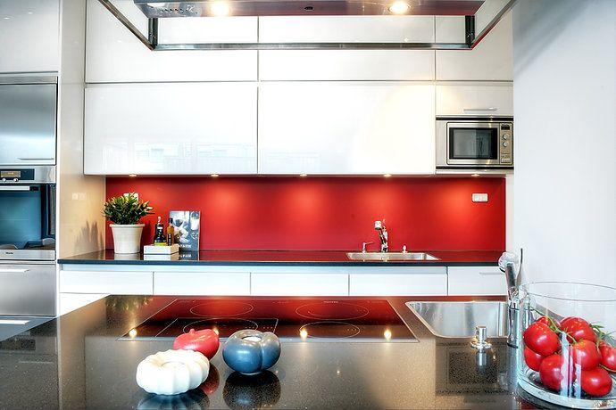 Kök med röd vägg