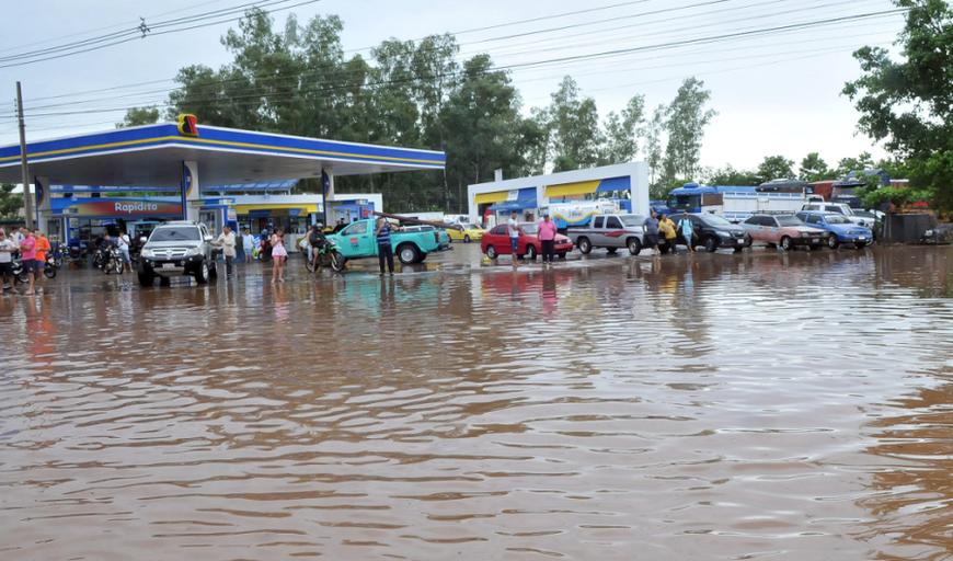 Paraguay ciudad - Decenas de personas tuvieron problemas para dirigirse a sus trabajos, ante la inundación