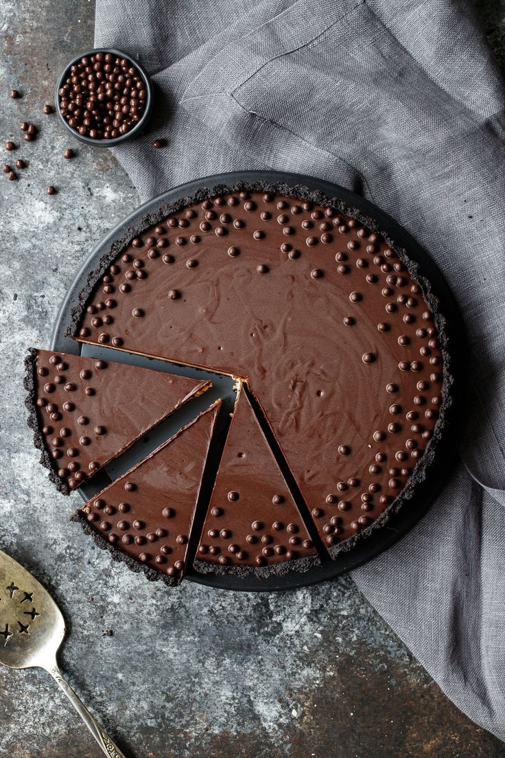 Crunchy Peanut Butter and Chocolate Tart | Love and Olive Oil #peanutbutterballs