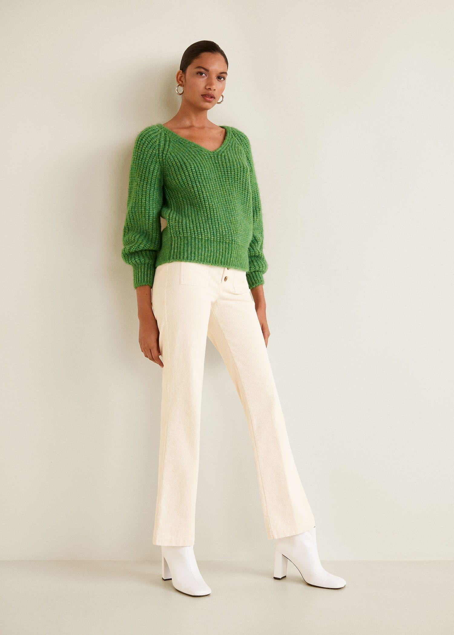 Jersey punto grueso verde Mango. Vaqueros y botas blancas ae080f78815af