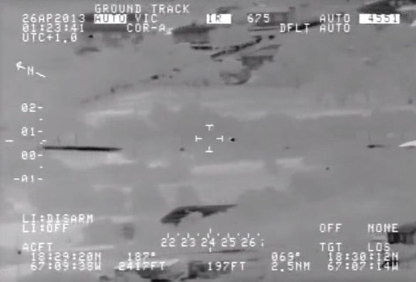 Fotograma del vídeo en el que aparecen el objeto desconocido volando a través de los árboles.