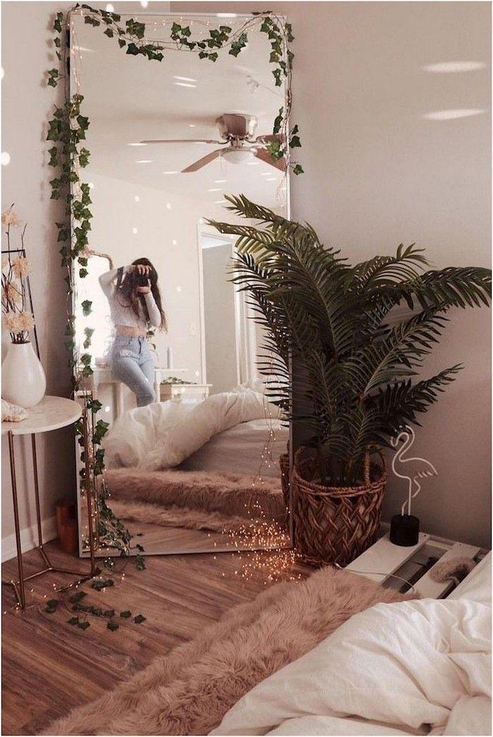rosa tumblr zimmer deko ideen grüne pflanze großer spiegel mädchen macht foto flauschiger pinker t