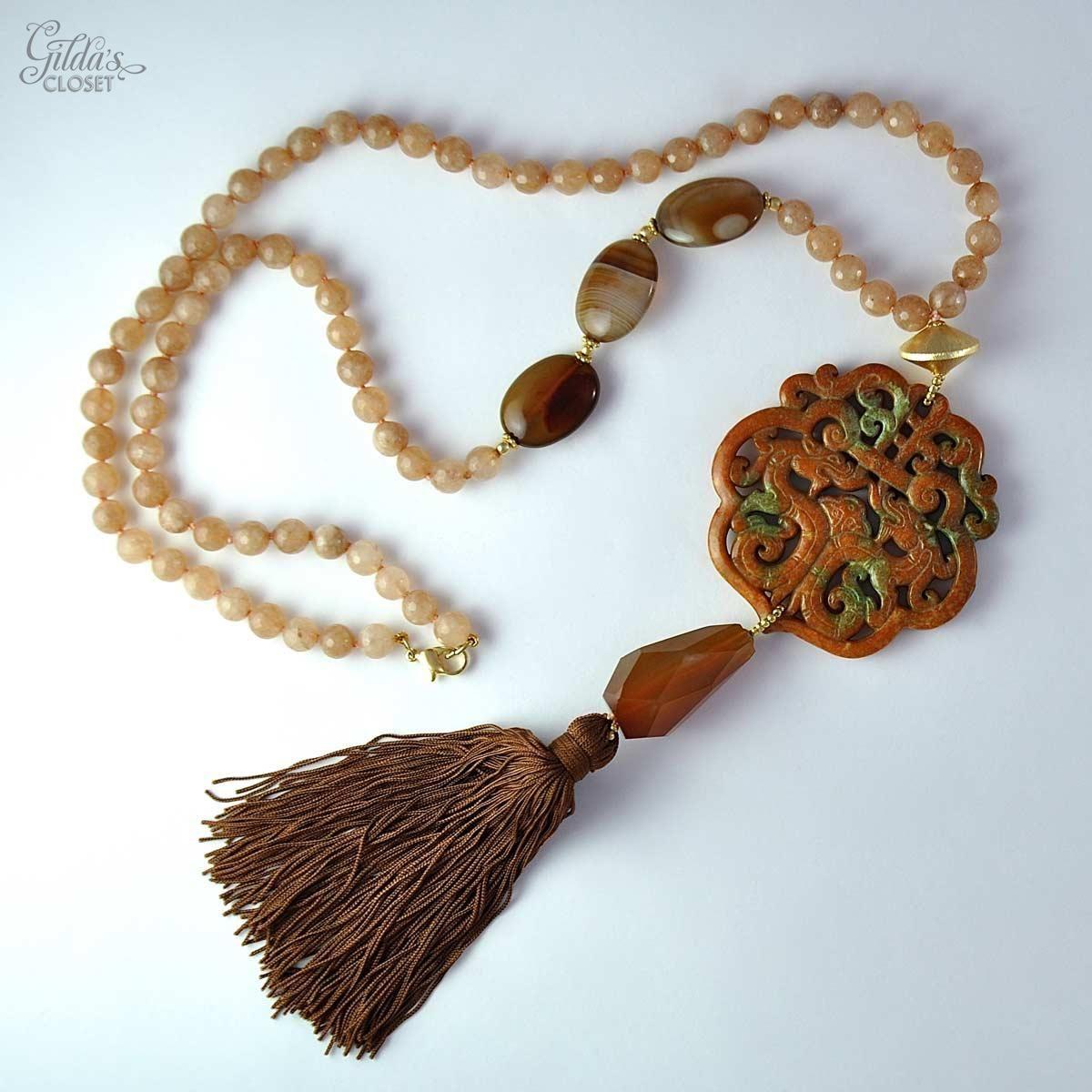 04f2c340acde Alta Bisutería. Collar largo diseñado por Carmen Alonso y realizado y  enfilado a mano. El tono del jade es marrón y verde y las piedras facetadas  marrón ...