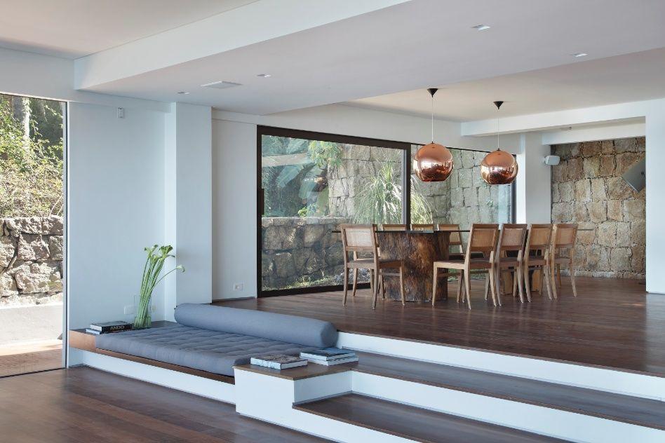 Casa na praia da Joatinga RJ tem espaços minimalistas e paisagem exuberante