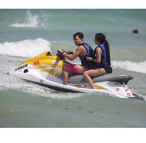 becky g and austin mahone 2015 at the beach in miami | Austin Mahone e Becky G teneri assieme in spiaggia