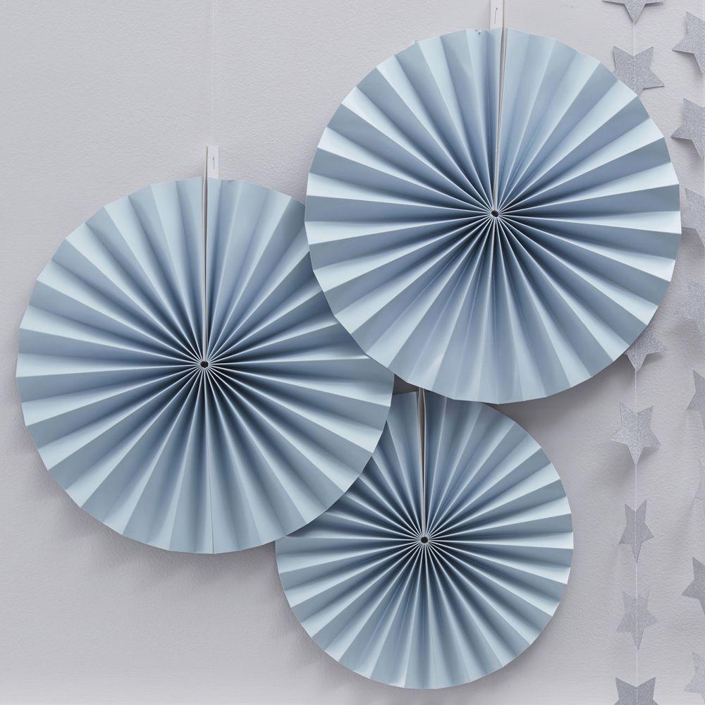 Wunderschöne Rosetten aus hellblauem Papier als tolle Dekoration für eine Babyparty. Pastel Perfection - Rosettenset hellblau bei www.party-princess.de