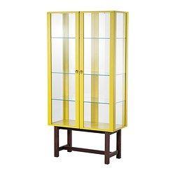 IKEA - STOCKHOLM, Vitriinikaappi, keltainen, , Valmistettu karkaistusta lasista, massiivipuusta ja metallista.Suuret lasipinnat ja paikat integroiduille valaisimille takaavat, että lempiesineet pääsevät kunnolla näkyviin.Vaimentimien ansiosta ovet sulkeutuvat hitaasti, hiljaa ja pehmeästi.Siirrettävien hyllylevyjen ansiosta hyllyvälejä on helppo säätää tarpeen mukaan.Säädettävien jalkojen ansiosta seisoo tukevasti myös epätasaisella alustalla.