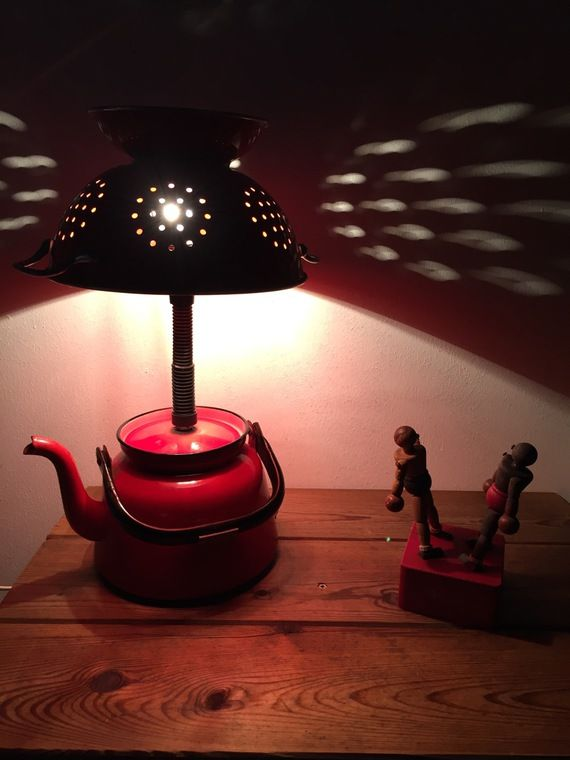 lampe r cup industriel ancienne bouilloire et sa passoire maill es mes lampes sur. Black Bedroom Furniture Sets. Home Design Ideas
