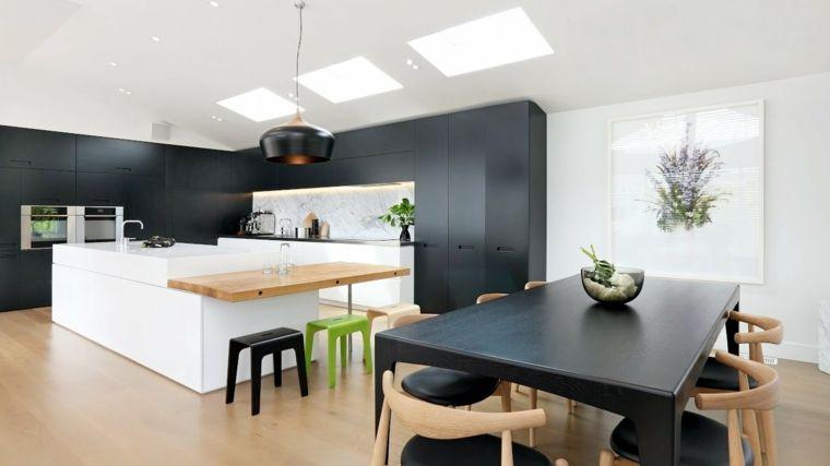 open space con cucina moderna con una grande isola e tavolo ...