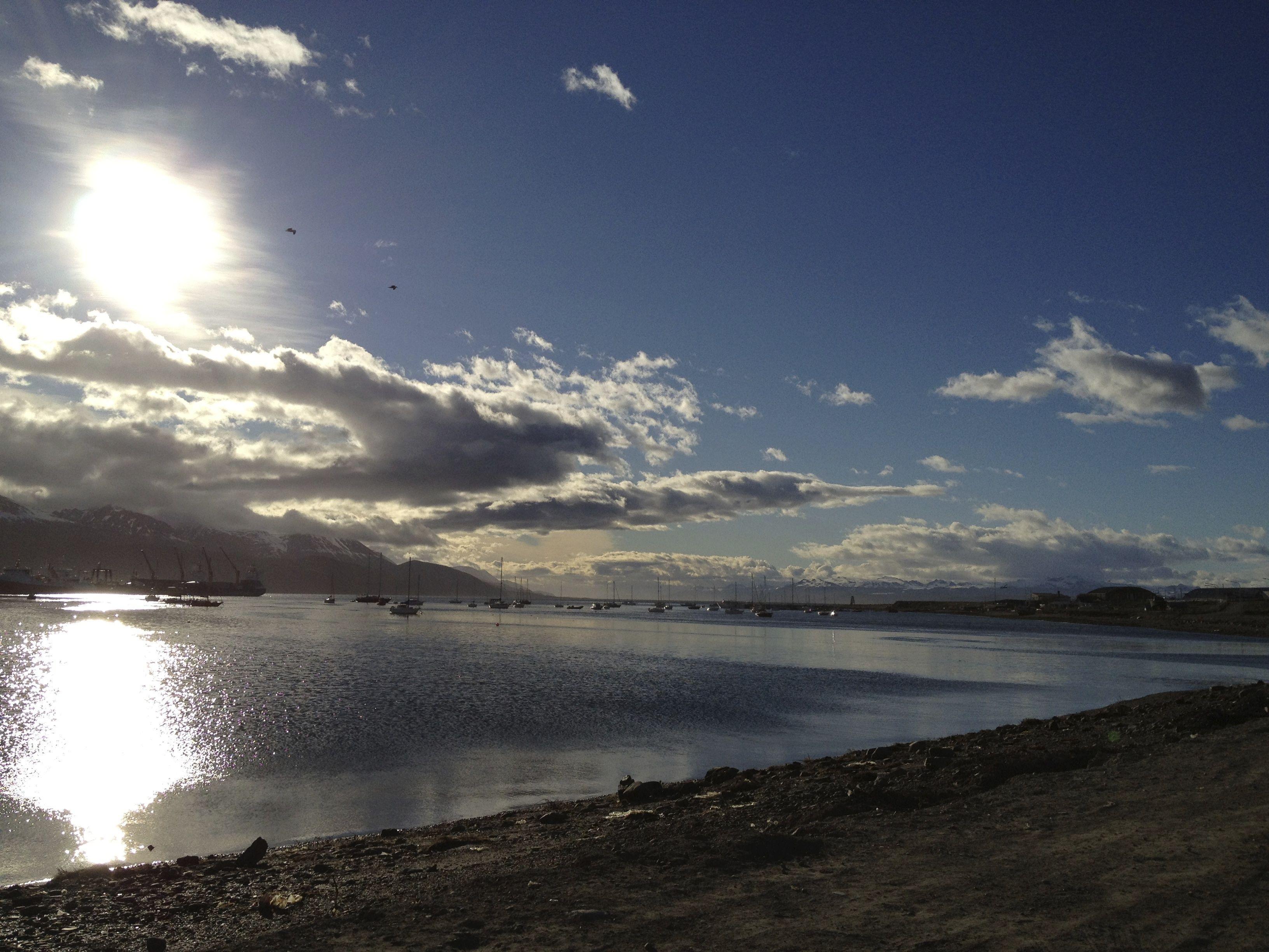 """Ushuaia, Tierra del Fuego. Scouting de locaciones. Día 3,  Aquí me contaron que Ushuaia en lengua Yámana significa """"Bahia que mira al oeste"""".."""