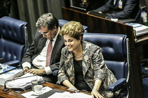 Dia 29.08.16, Dilma responde por 13 horas às perguntas idiotas dos senadores-bandidos, e ainda mantém a serenidade e consegue momentos de alegria. Até o fim.