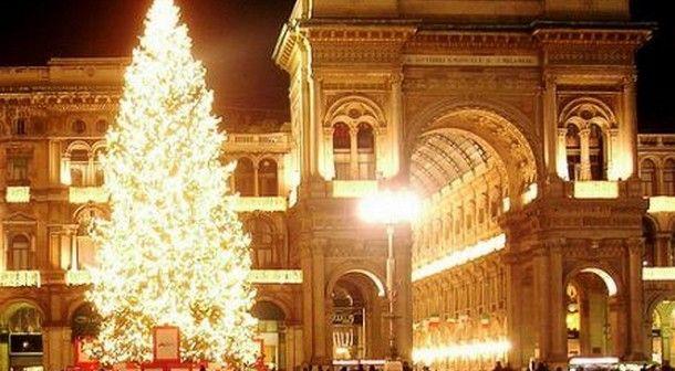 Albero Di Natale Milan.Risultati Immagini Per Albero Natale Milano Milanofree Colospaola