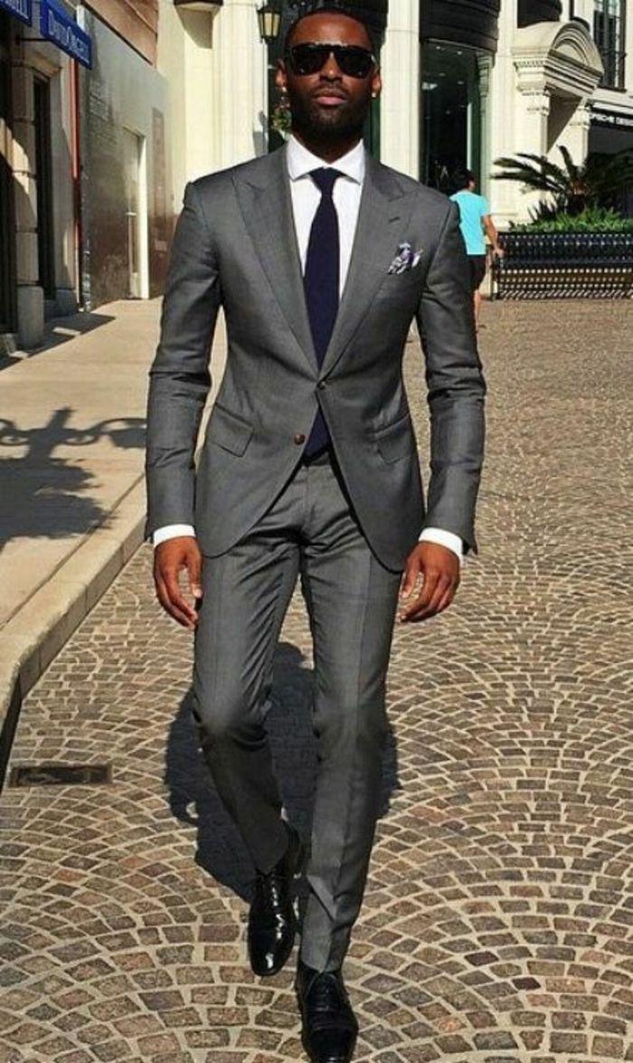 vetement pour homme, costume en gris finition tissu irisé, chemise blanche,  cravate noire, chaussures classiques lustrées noires avec des lacets, ... 06ec5b101d60