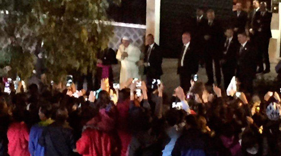 Pese al cansancio del largo viaje, el Papa Francisco salió sorpresivamente de la Nunciatura en Quito para saludar a los fieles que se apostaron allí por horas para verlo.