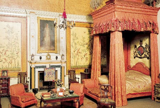inside buckingham palace the queen 39 s bedroom google