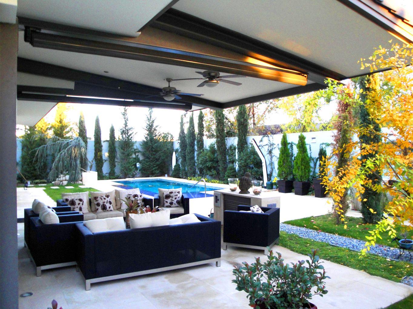 Paisajismo moderno patio piscina exterior sofas for Jardines de patios modernos