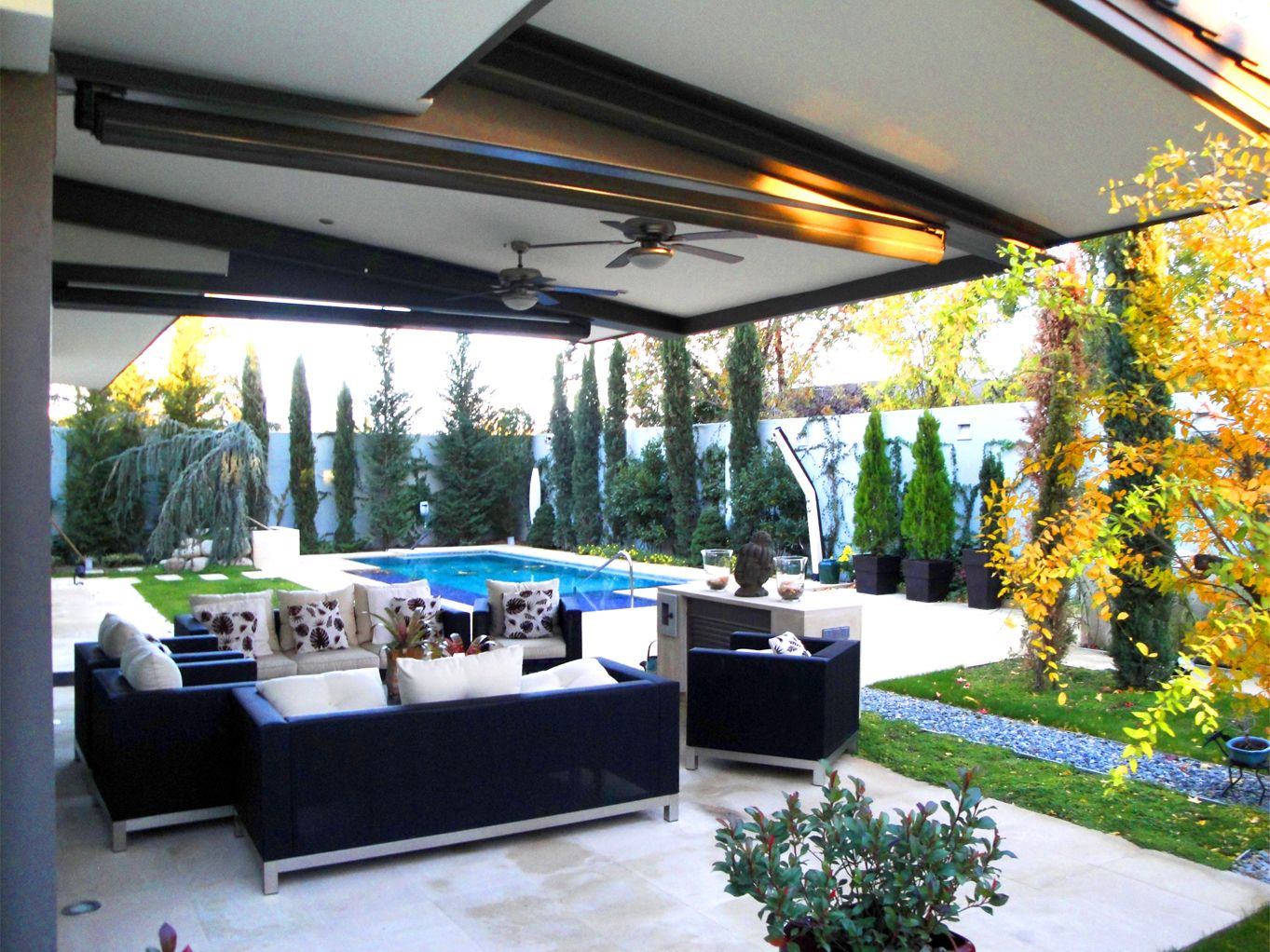 Paisajismo moderno patio piscina exterior sofas for Muebles jardin modernos