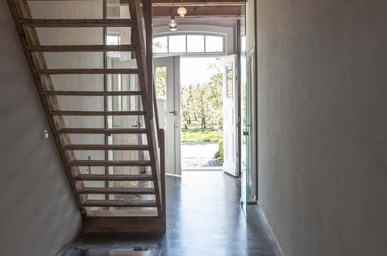 licht ausblick lichtdurchflutet beton boden verzinkt holzdecke vorhang filz treppe. Black Bedroom Furniture Sets. Home Design Ideas