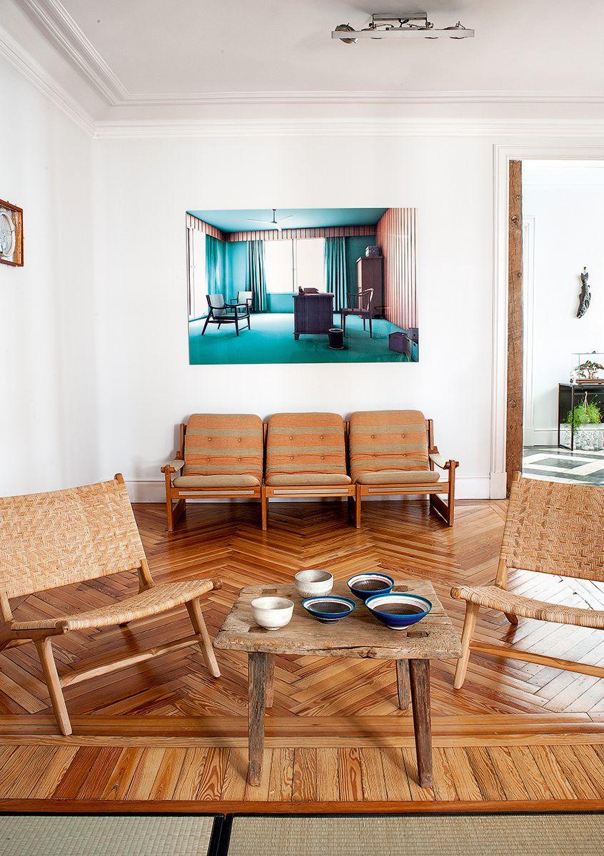 En el salón render digital de gero gries sofá nórdico de los 50 y sillas y mesa en batavia y cuencos de cerámica de ono yutaka