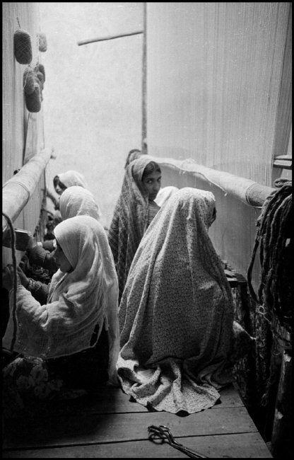 Iran. Isfahan. 1956. Carpet Makers @Inge Morath