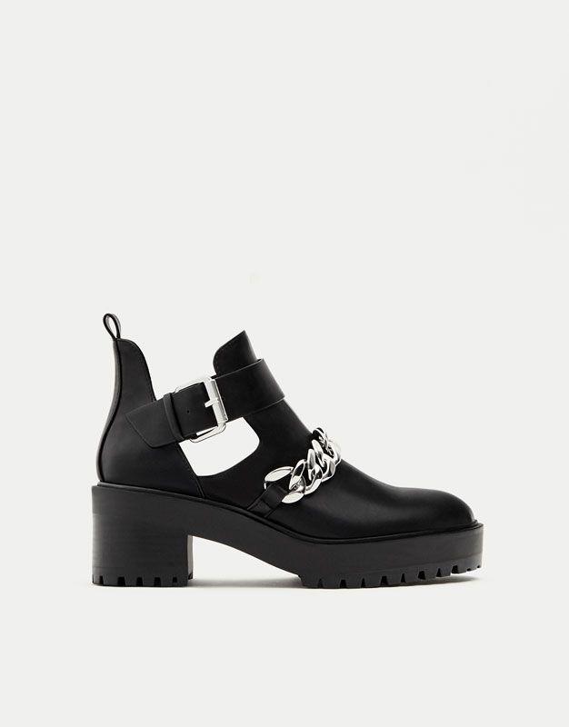 ac91c313 Botín plano calado cadena - Ver todo - Zapatos - Mujer - PULL&BEAR Islas  Canarias