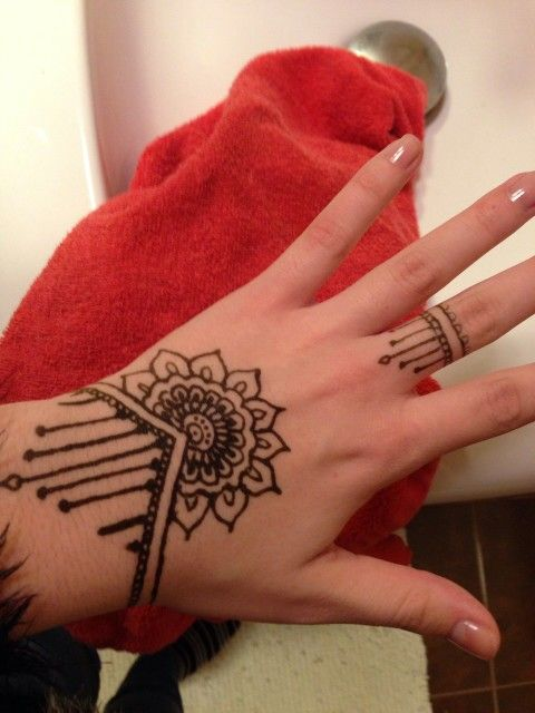 simple mandala hand henna with matching ring cheveux pinterest henna hand henna et tattoos. Black Bedroom Furniture Sets. Home Design Ideas