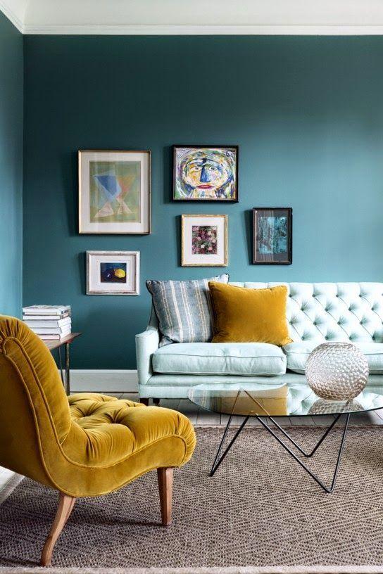 Wohnzimmer im Vintage-Stil. Sessel in Senfgelb Samt lässt ...