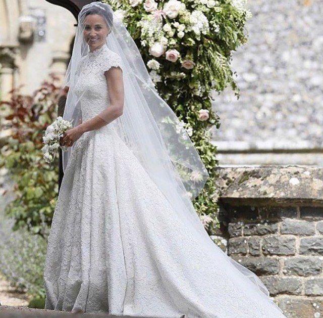 Esperábamos con ganas el día de su boda , después de lo espectacular que estuvo en la boda de su hermana , y ahora qué opináis , si o no? Mi respuesta es un no sé ... #novia #wedding #weddingdress #dress #weddingplanner #weddingstyle #look #style #boda #atelier #bodas #princess #love #lovely #instalove #instalook #instagood #cute #ootd #party #saturday #photography #photographer #pic #weddingday http://gelinshop.com/ipost/1518908794822069423/?code=BUUP4BZlgyv