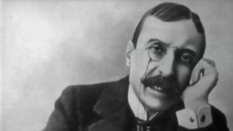 Eça de Queirós (1845-1900) é um clássico da literatura, um escritor universal. Observador crítico da sociedade, constrói as suas novelas num estilo inconfundível.Estranhamente, tudo o que escreveu há mais de 100 anos, continua a ser atual.