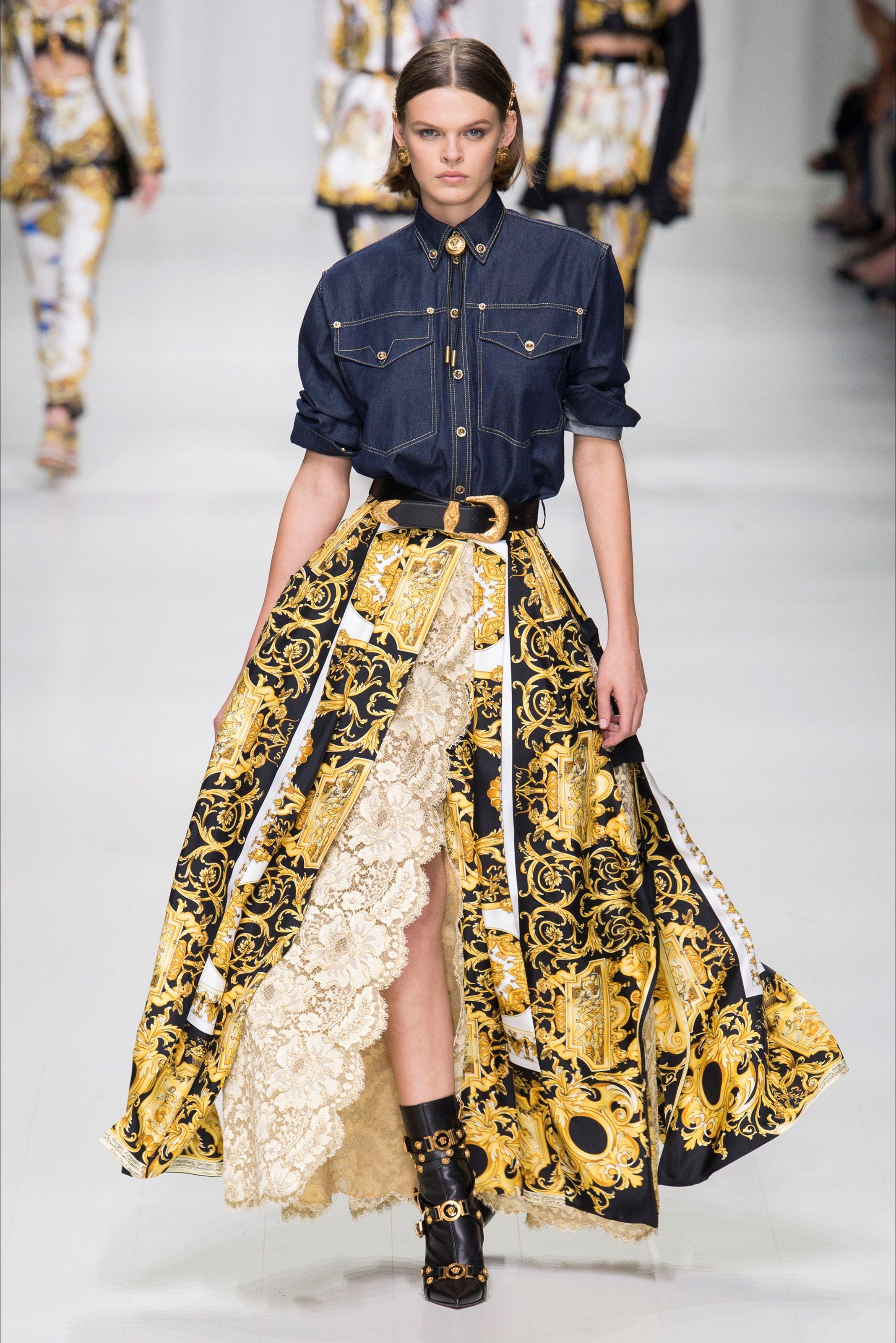 4d2f4a81db Guarda la sfilata di moda Versace a Milano e scopri la collezione di abiti  e accessori per la stagione Collezioni Primavera Estate 2018.