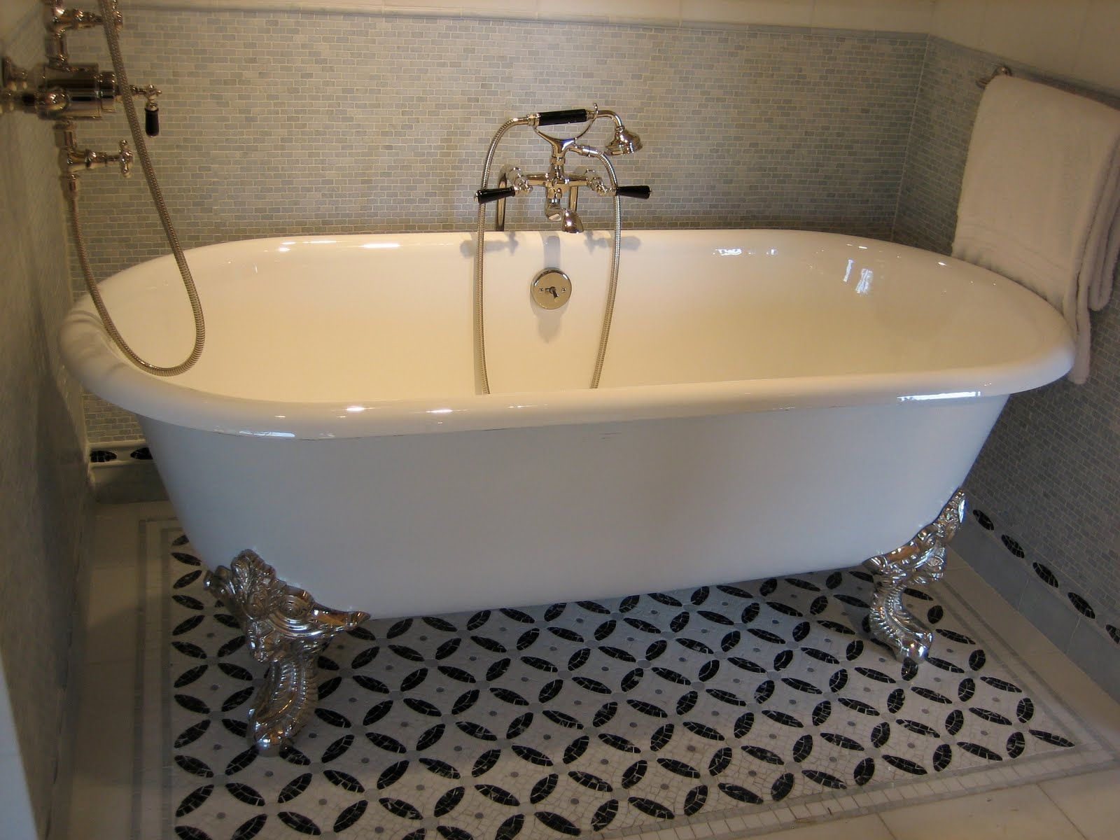 accent tile rug under clawfoot tub
