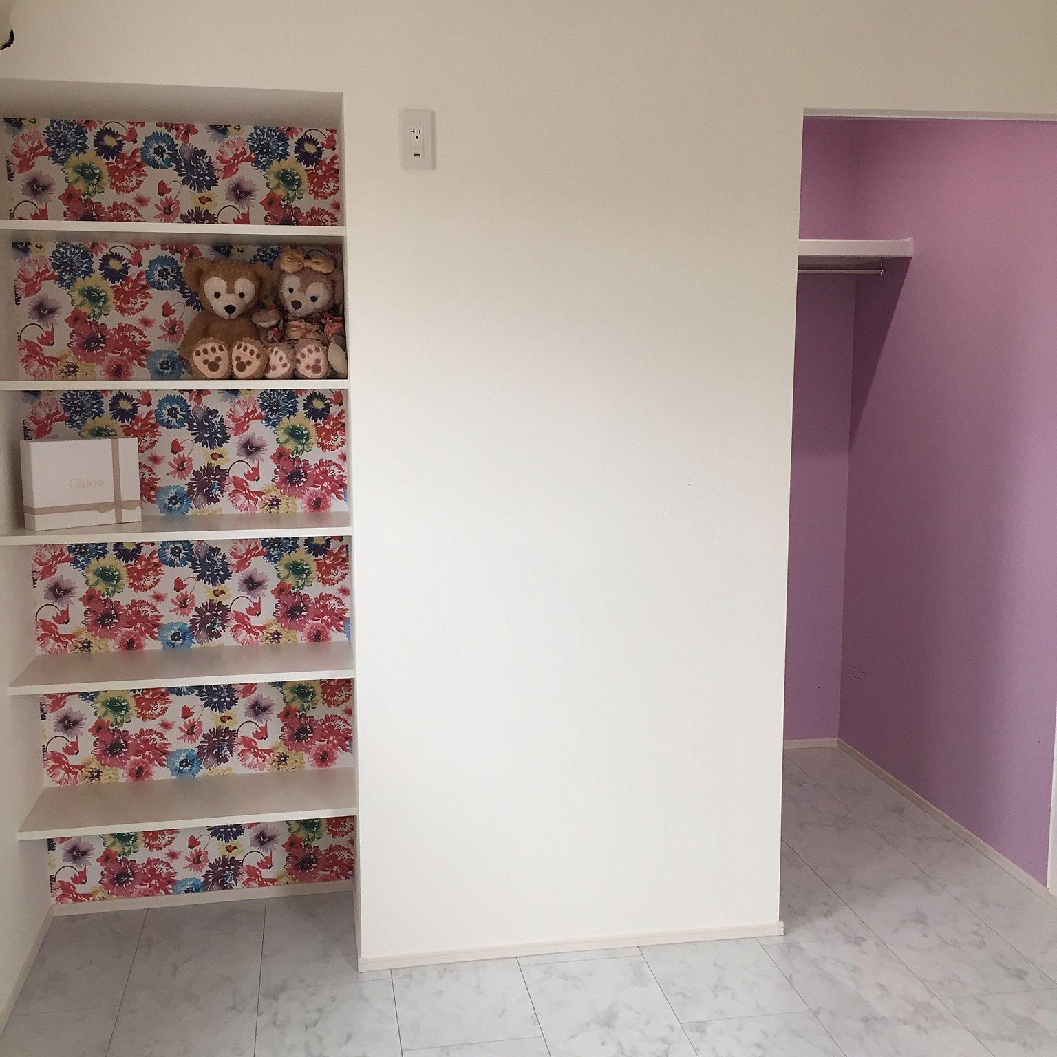 9bce6744530 棚/ウォークインクローゼット/ラベンダーの壁/柄の壁紙/白い床 ...