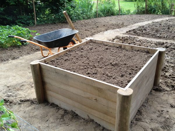 Potager en carr tuteurs en robinier carr s point s - Jardin aromatique en carre ...