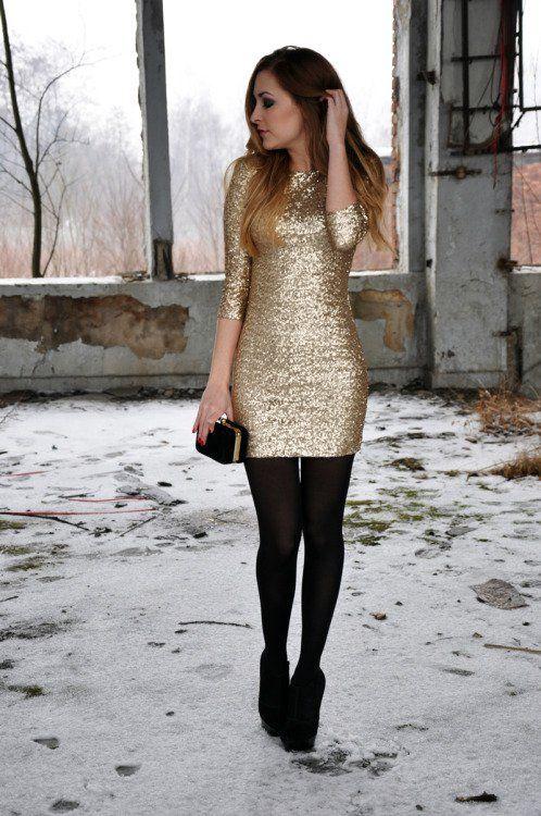 chica usando un vestido largo de lentejuelas, medias y zapatos