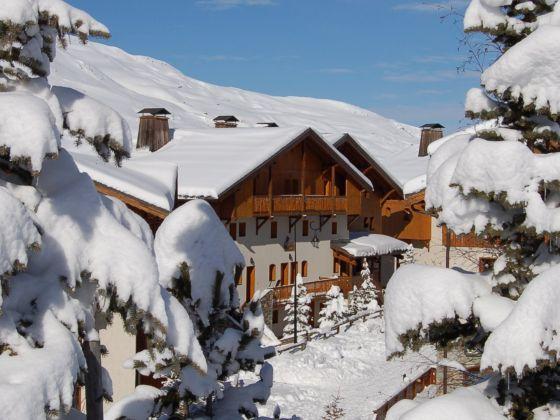 Aanrader voor volgend winterseizoen: dit geliefde, luxe appartement met (gemeenschappelijke) sauna ligt direct aan de piste in Les Menuires! Na een dag skiën in het enorme Les Trois Vallées skigebied kun je fijn opwarmen bij de open haard.