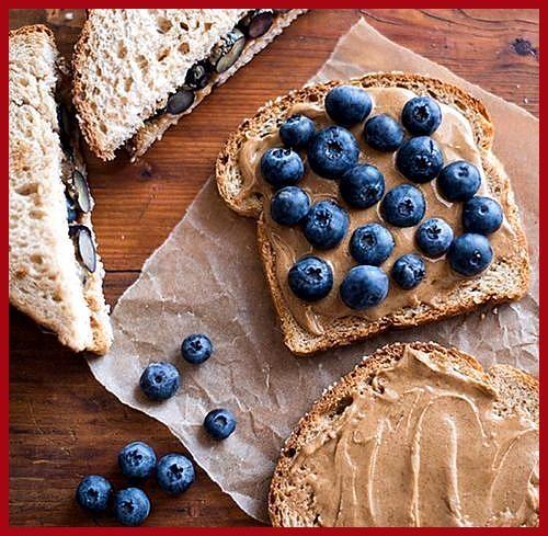 Gutes Essen Fotografie – Die hellen Blaubeeren sehen gut aus gegen so viele Neutr … #aus #Blaubeeren...