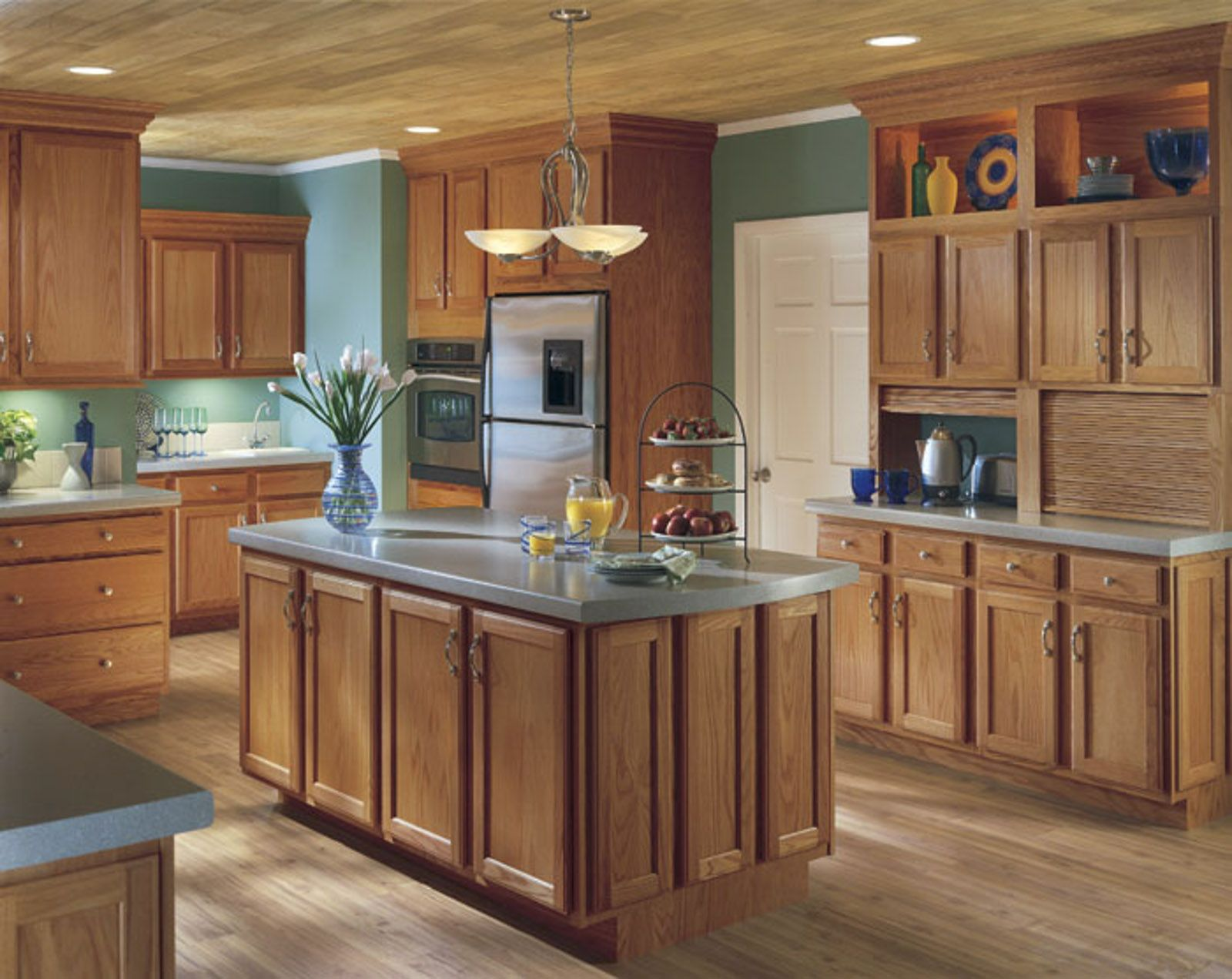 Benton Style Cabinets From Echelon Are Gorgeous In This Chestnut Finish Echelon Cabinets Kitchen D Oak Kitchen Cabinets Brown Kitchen Cabinets Oak Kitchen
