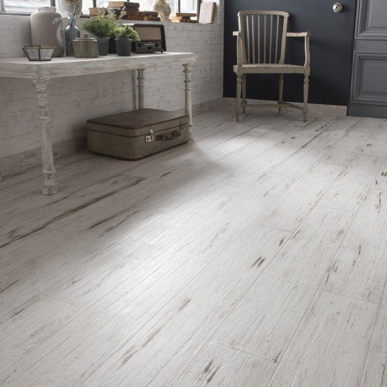 Un style romantique avec du carrelage effet bois blanchi for Carrelage imitation parquet leroy merlin