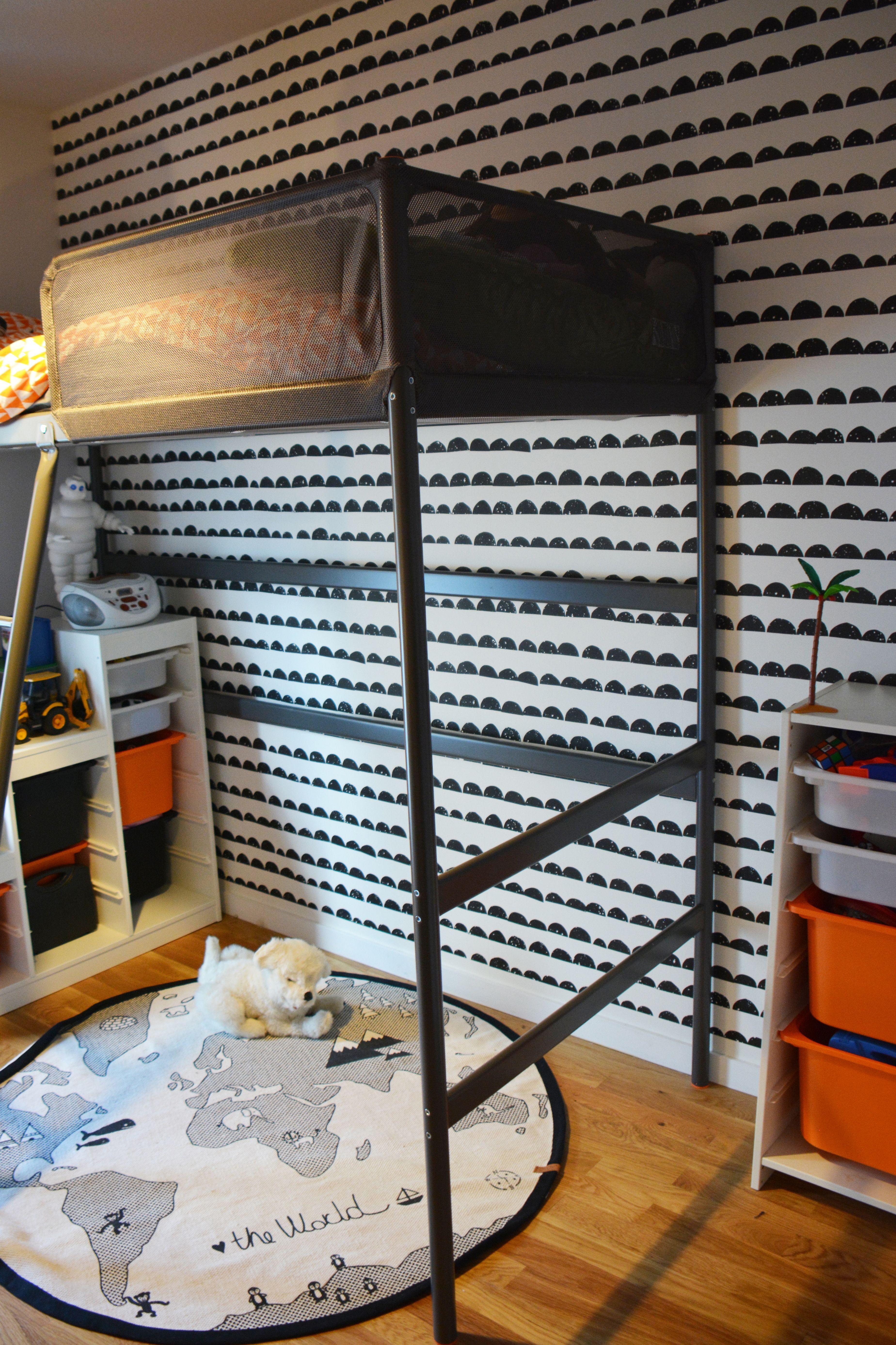 Chambre scandinave pour un garçon : l\'enfant dort sur le lit haut en ...