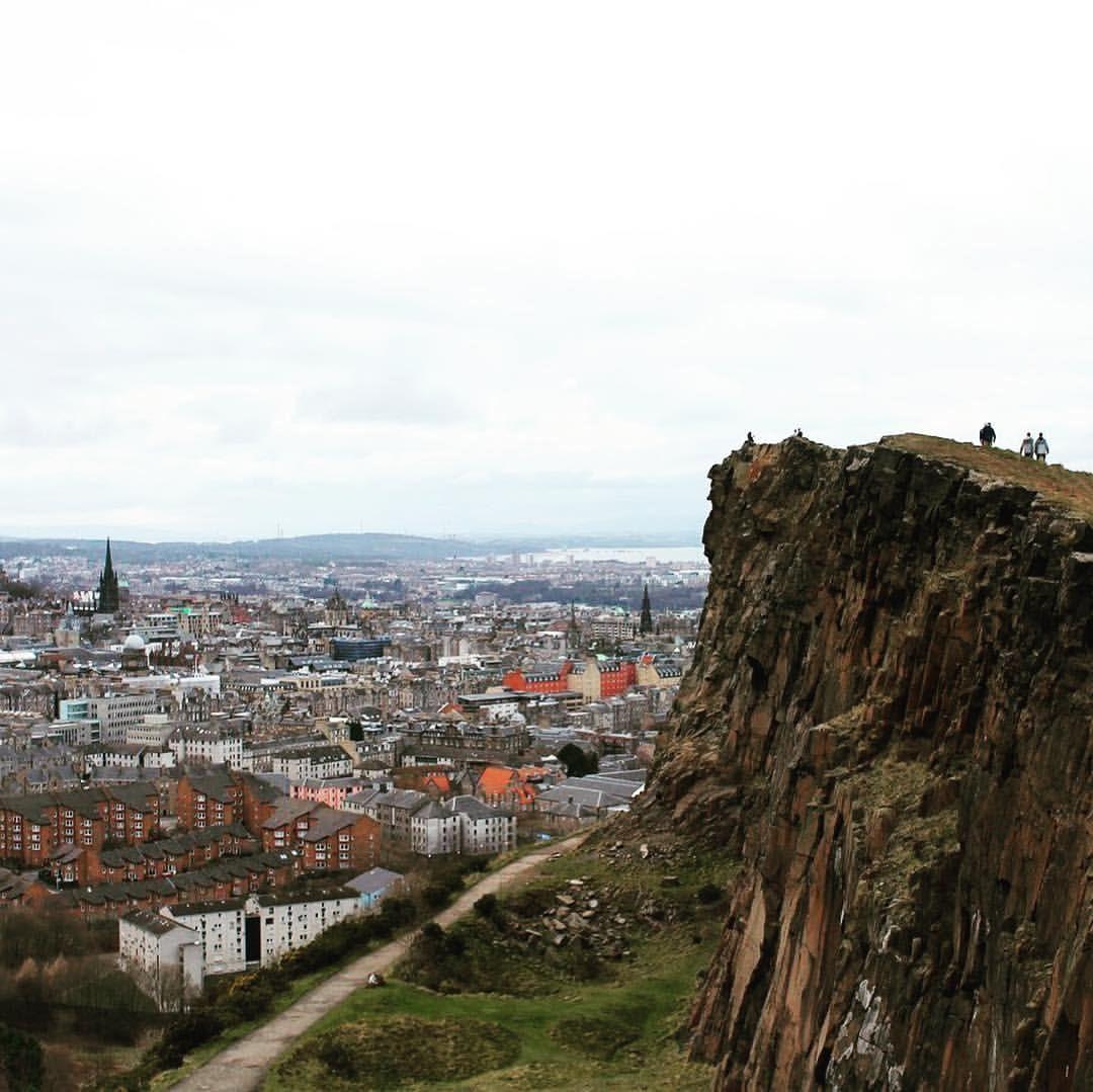 "Camille Alexandre on Instagram: ""Plein les yeux 😲 #randonnée #edinburgh #scotland #thisisedinburgh #uk #paysage #landscape #nature #photography #city #pleinlesyeux #amazing…"""