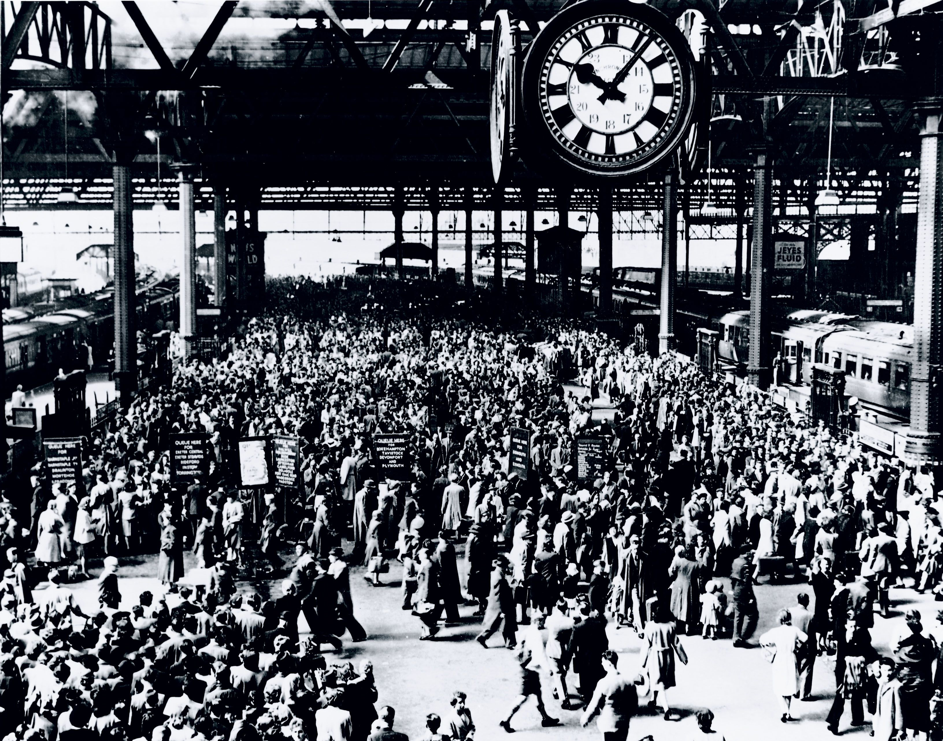 Holidaymakers at Waterloo Station, 1946