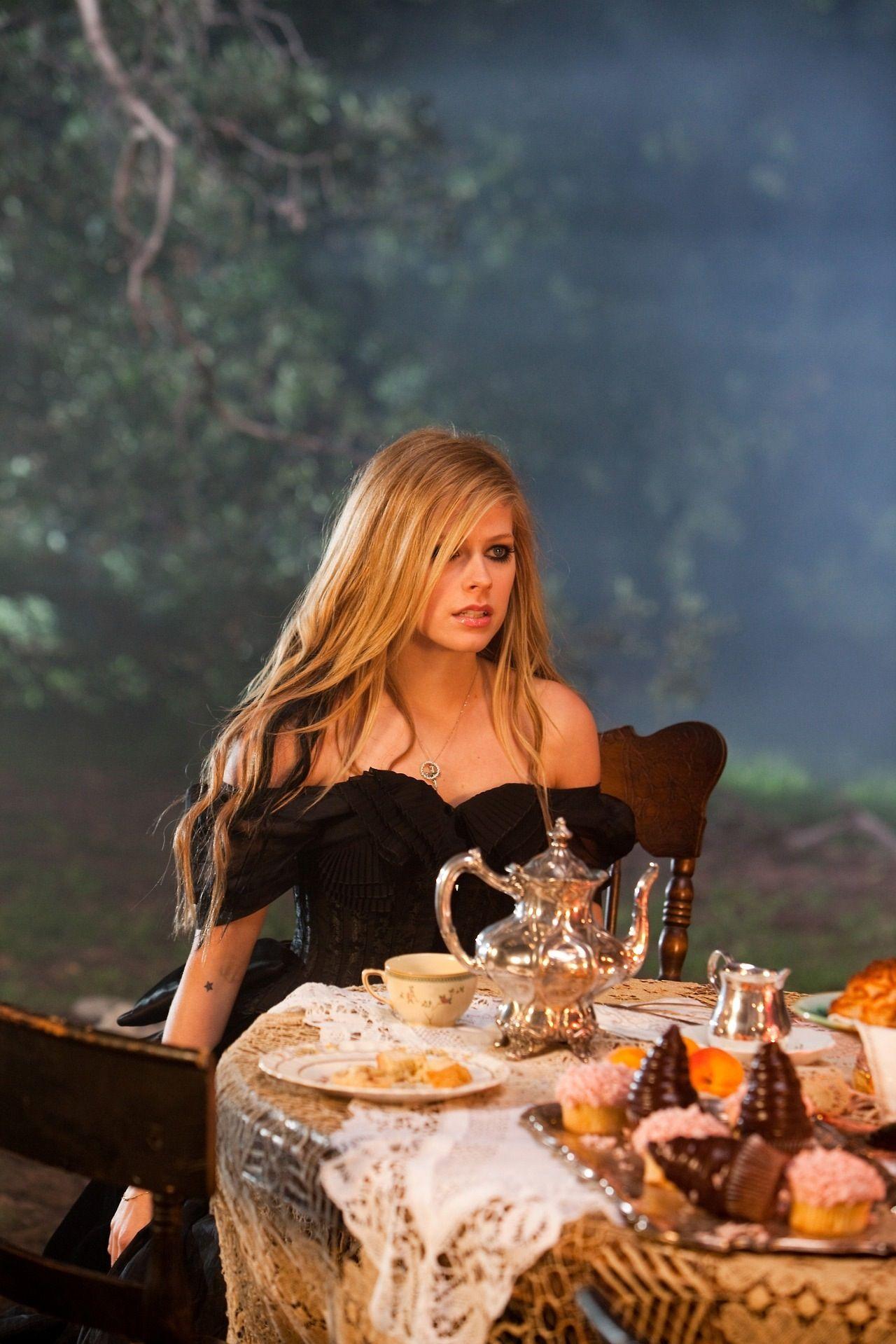Avril Lavigne FOLLOW ME ON TWITTER https://twitter.com/ReynaAsencio