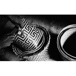 """Panorama da diversidade  ÍndioBaniwado alto Içana (Amazonas) coloca etiqueta com a logomarca """"arte baniwa"""" num urutu de arumã, cestaria que é comercializada em São Paulo. (Foto: Pedro Martinelli, 2000.)"""