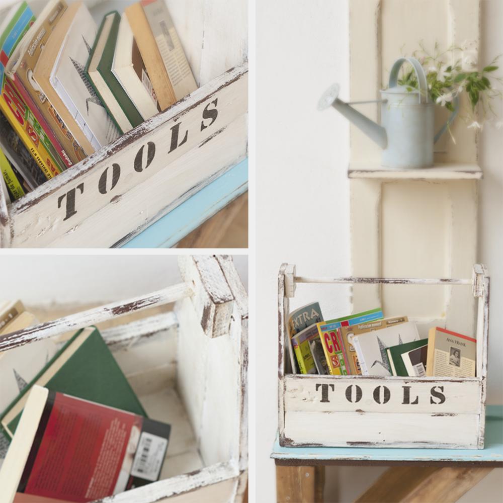 Caja de herramientas de madera, de estilo antiguo completamente hecha a mano. Color blanco con desgastes y detalle de estampa en negro. Ideal para guardar todo tipo de cosas: juguetes, revistas, papeles, botellas, etc.  Medidas: 43 x 19 x 36