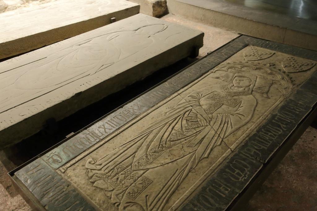 Собор Санта-Мария-дель-Фьоре, Флоренция. Захоронения в крипте.