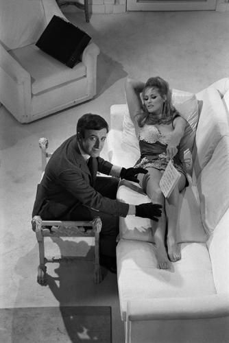 ursula andress and peter sellers sofa from above by terry o neill rh pinterest com