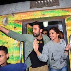 Deepika Padukone And Ranbir Kapoor Get On A Train For Tamasha Promotions Deepika Padukone Bollywood Ranbir Kapoor