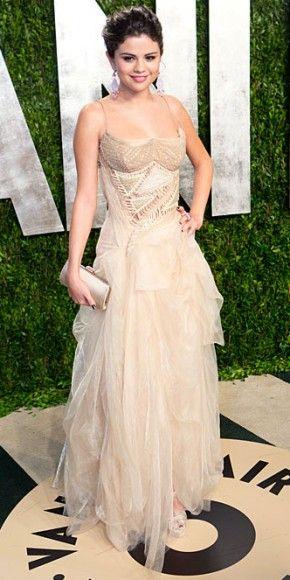 SELENA GÓMEZ    No asistió a la entrega del Oscar, pero la actriz y cantante Selena Gómez no se quiso perder la fiesta anual de Vanity Fair, una de las veladas más importantes del año. Portó un atuendo monocromático, con un ve