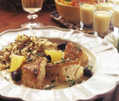 Fräsch och aptitlig fiskrätt med smaker av citron, timjan och oliver. Låt laxen sjuda tillsammans med kryddorna och en mix av grädde och buljong. Servera citron- och olivfisken tillsammans med vildris och grönsaker.